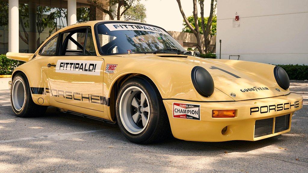 En gul Porsche 911 snett framifrån
