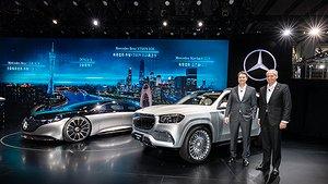 Die Auto Guangzhou 2019 startete mit einem besonderen Highlight: Am Vorabend der Messe feierte der Mercedes-Maybach GLS 600 4MATIC (Kraftstoffverbrauch kombiniert: 12,0-11,7 l/100 km; CO2-Emissionen kombiniert: 273-266 g/km)  seine Weltpremiere. Das neue Fahrzeug der Luxusmarke setzt höchste Maßstäbe des Komforts im SUV-Segment. Begleitend zu ihrer Markteinführung in China prä sentierte der Erfinder des Automobils im Rahmen der Messe zudem den Mercedes-Benz GLB und GLS sowie den Mercedes-AMG A 35 L 4MATIC. Darüber hinaus erlebten die Gäste mit der China-Premiere des Mercedes-Benz VISION EQS und dem neuen Modell der Elektromarke DENZA zukunftsweisende Produktneuheiten der Elektromobilität. Hubertus Troska und Ola Källenius am Mercedes-Maybach GLS   Auto Guangzhou 2019 started with a special highlight: on the eve of the show the Mercedes-Maybach GLS 600 4MATIC (combined fuel consumption: 12.0-11.7 l/100 km; combined CO2 emissions: 273-266 g/km)  celebrated its world premiere. The new vehicle from the luxury brand sets the highest standards of comfort in the SUV segment. To accompany their market launch in China, during the show the inventor of the automobile also presented the Mercedes-Benz GLB and GLS SUVs as well as the Mercedes-AMG A 35 L 4MATIC. Over and above this, the guests also experienced forward-looking new electric mobility product features with the China premiere of the Mercedes-Benz VISION EQS and the new model of the electric brand DENZA.  Hubertus Troska and Ola Källenius at the new Mercedes-Maybach GLS