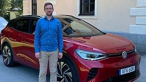 Anders Nilsson står framför Volkswagen ID.4 GTX