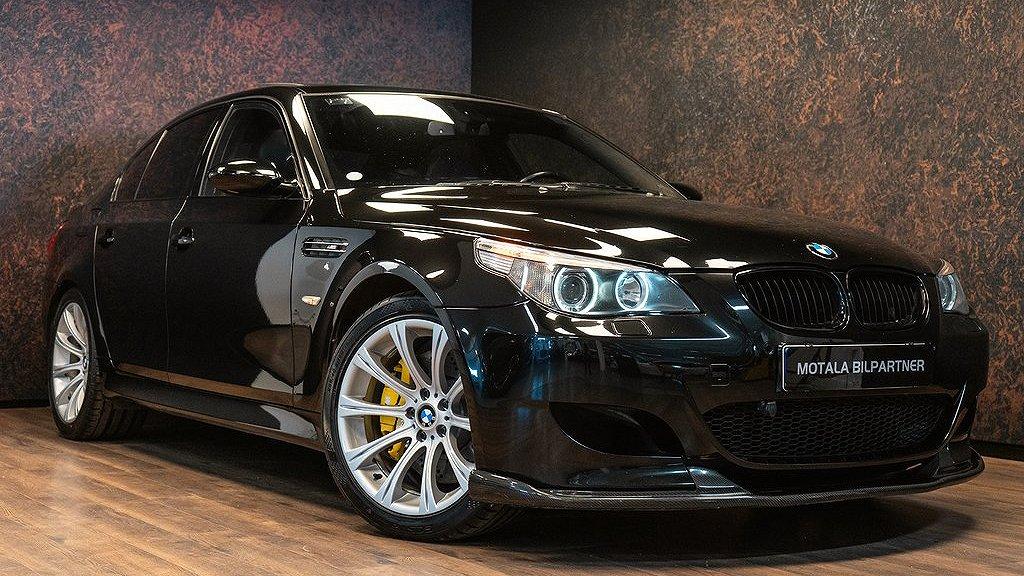 BMW M5 från 2007 snett framifrån