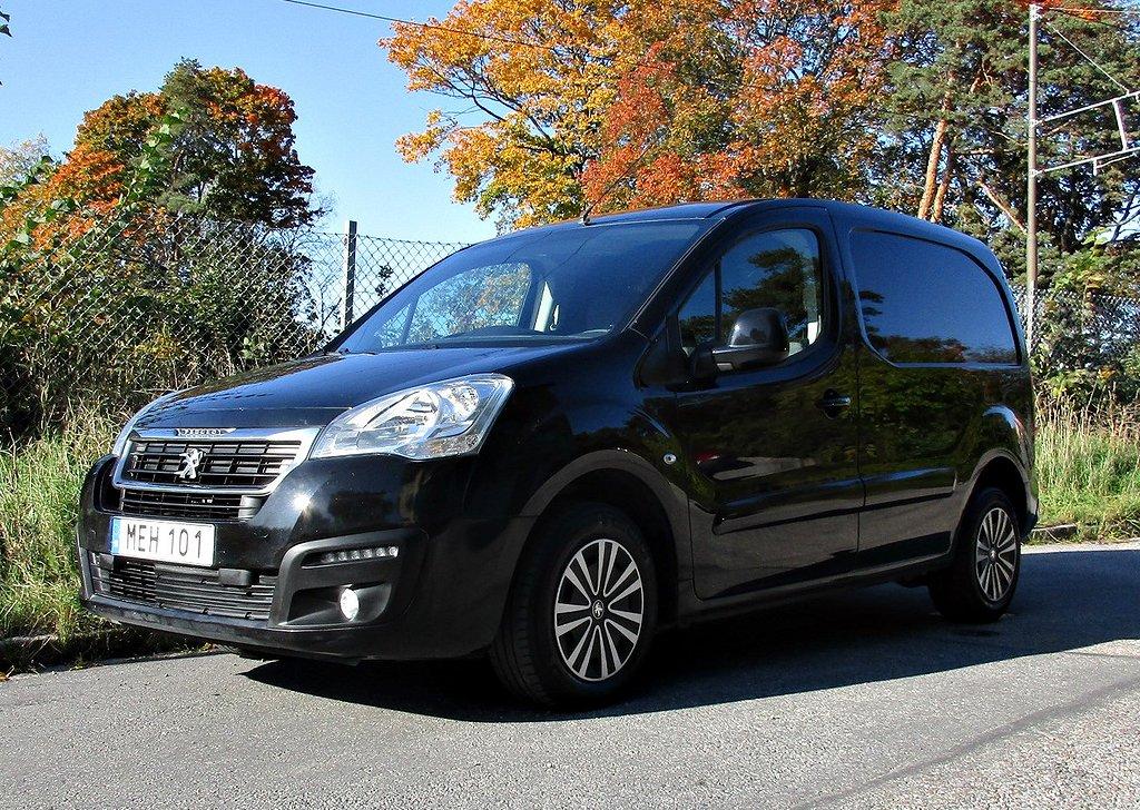 Peugeot Partner   Peugeot Expert   Ford Custom   Nissan Navara  VW D-hytt   VW T5 Kombi  VW  Amarok       VW Caddy        Alla svarta som synden.Kolla