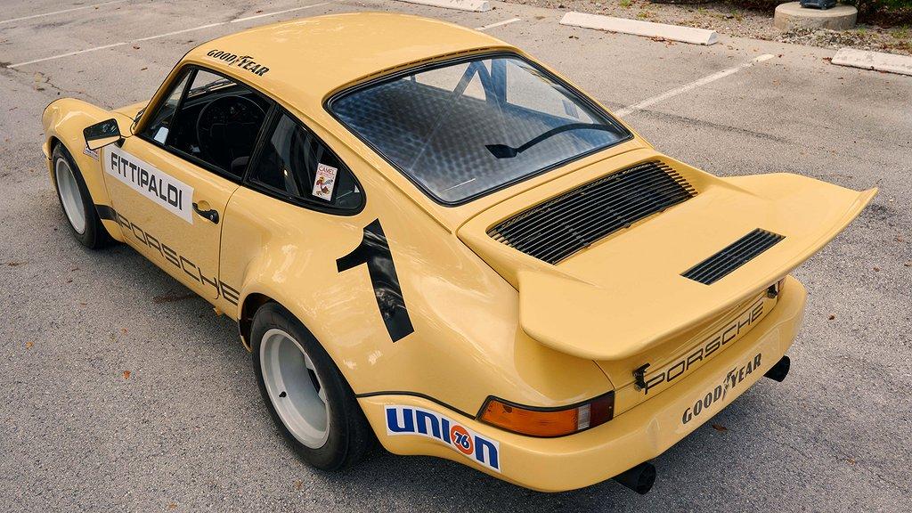 En gul Porsche 911 snett bakifrån