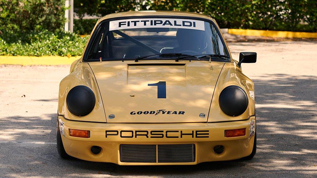 En gul Porsche 911 framifrån