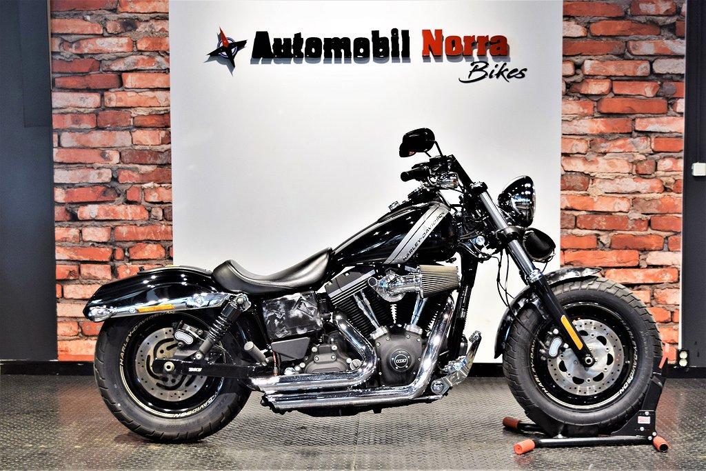 Harley-Davidson Fat Bob 103 ABS Motivlack Sidoväska