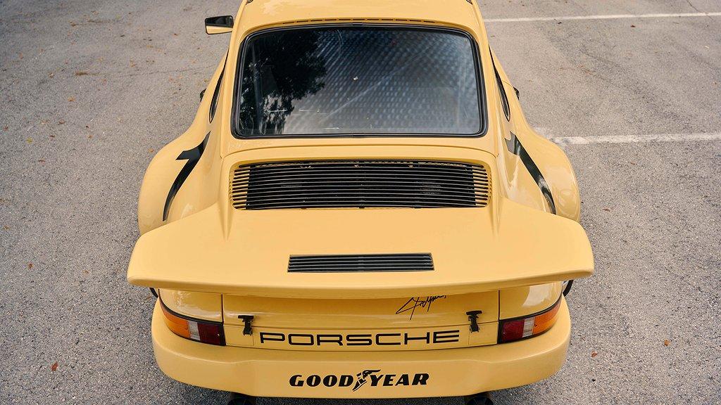 En gul Porsche 911 bakifrån