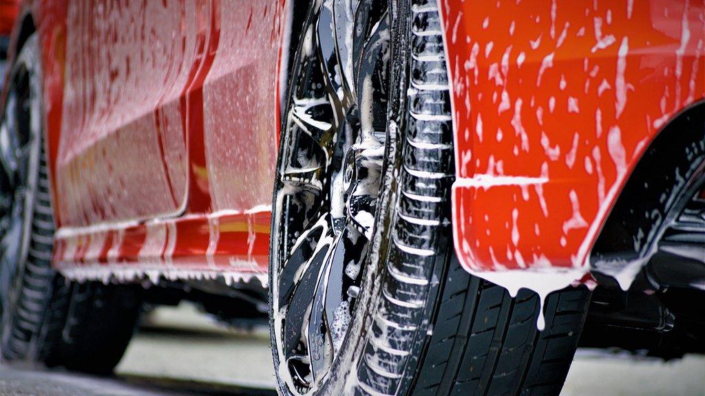 Sidan på en bil indränkt i bilschampo.