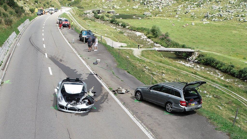 En Porsche 911 fick stora skador i olyckan.
