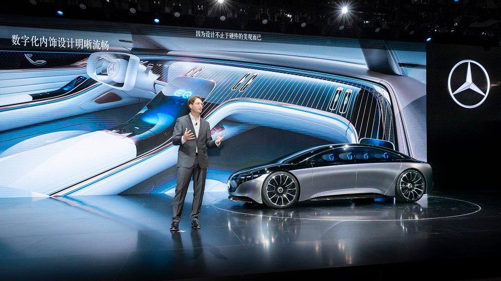 Der Mercedes-Benz VISION EQS, präsentiert von Ola Källenius, Vorsitzender des Vorstands der Daimler AG und Leiter Mercedes-Benz Cars: Das Showcar gibt einen Ausblick in die Zukunft von Mercedes-Benz. Die elektrische Luxuslimousine unterstreicht, dass Nachhaltigkeit ein zentrales Thema ist. Denn mit dem Technologieträger VISION EQS zeigt Mercedes-Benz ein Showcar auf Basis  einer völlig neuen, vollvariablen elektrischen Antriebsplattform, die in vieler Hinsicht skalierbar und modellübergreifend einsetzbar ist.   The Mercedes-Benz VISION EQS, presented by Ola Källenius, Chairman of the Board of Management of Daimler AG and Head of Mercedes-Benz Cars. The showcar gives an outlook on the future of Mercedes-Benz. The electric luxury sedan underlines that sustainability is a central issue. With the technology bearer VISION EQS, Mercedes-Benz is presenting a show car based on a completely new, fully variable electric drive platform that is scalable in many respects and can be used across all models.