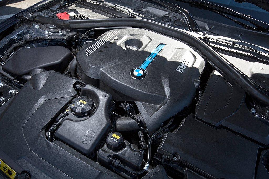 Det ser nästan ut som inne i vilken konventionell BMW 3-serie som helst. BMW 330e har en manuell handbroms istället för en elektrisk. Den snusdosstora vredet är även en pekplatta där man kan rita in destinationsortens bokstäver.